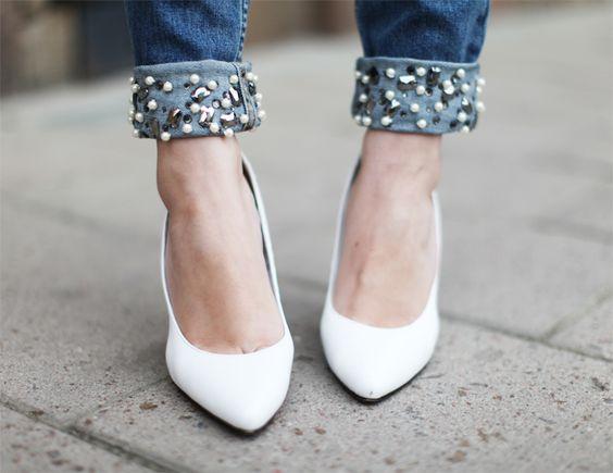 scarpe bianche e jeans con perle