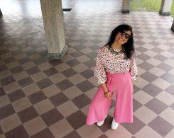 blogger di moda vegana con pantaloni rosa e camicia a pois
