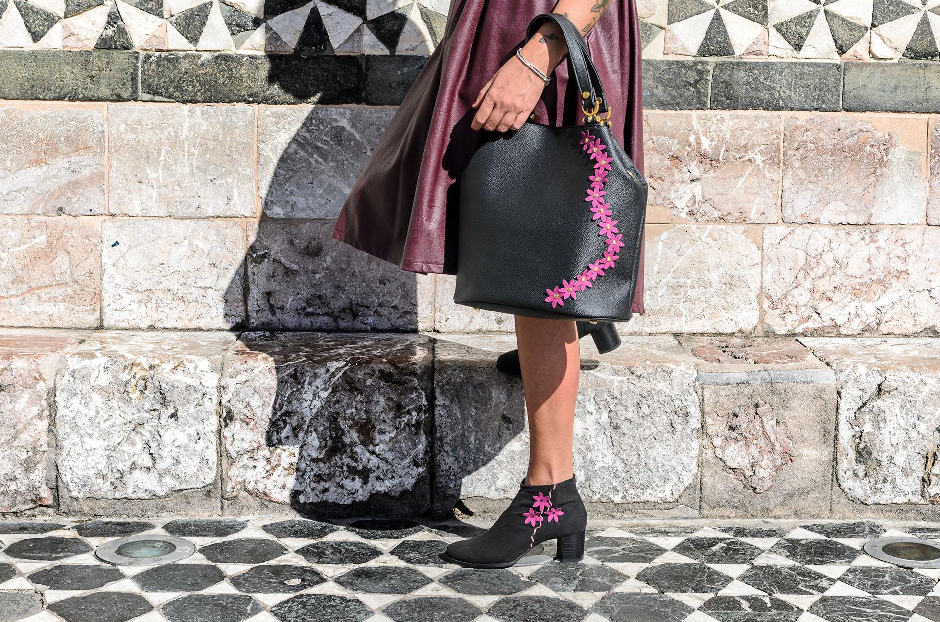 borsa nera con fiori fucsia