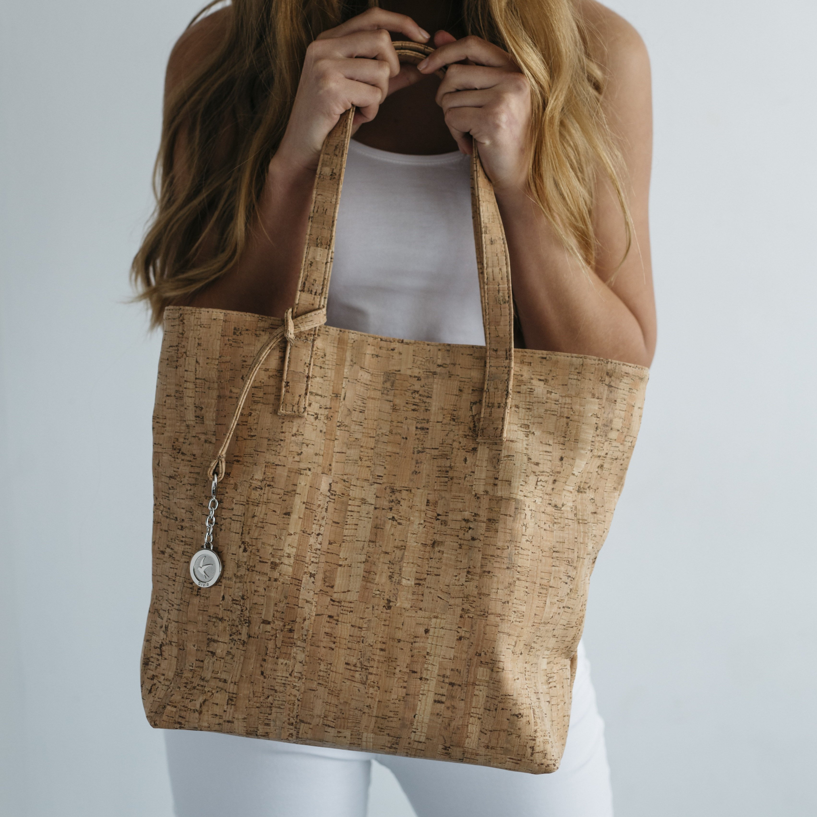 Svala - simma tote natural cork with model.jpg 894be65b3e4c