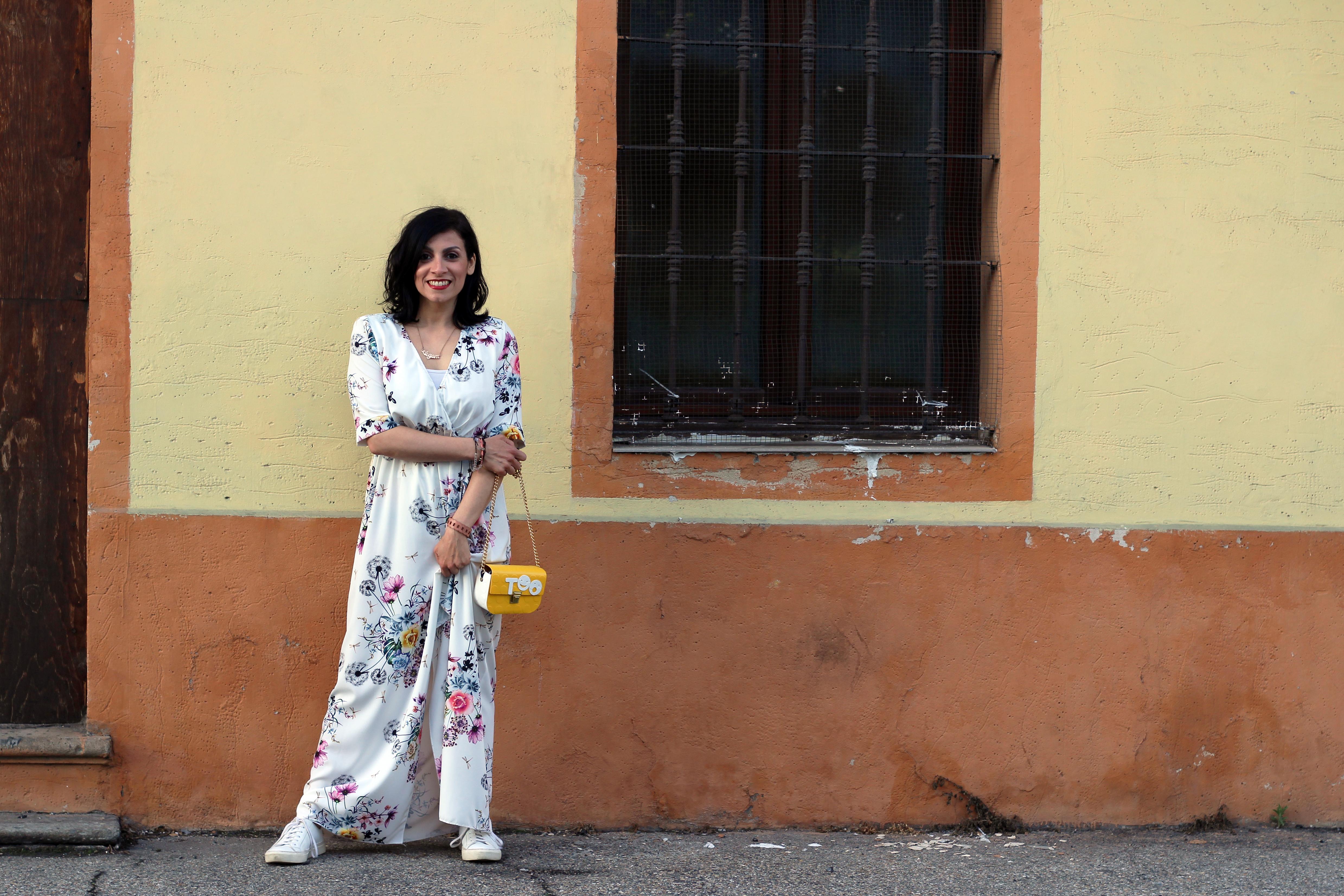 abito a fiori e borsa gialla Too italy